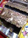 游戏厅里的推币机,为何投再多都掉不下来?老板曝出内幕